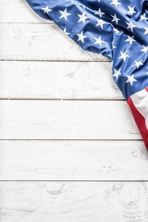 Vista superior de la bandera estadounidense en la mesa de madera blanca.