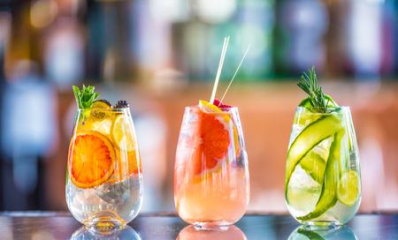 Árboles coloridos cócteles de gin tonic en vasos en barra de bar en cachorro o restaurante.