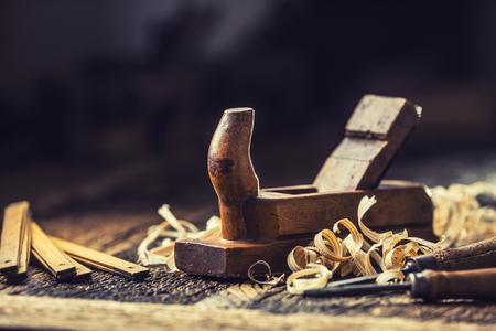 Cepillo antiguo y otras herramientas de carpintero vintage en un taller de carpintería. Foto de archivo