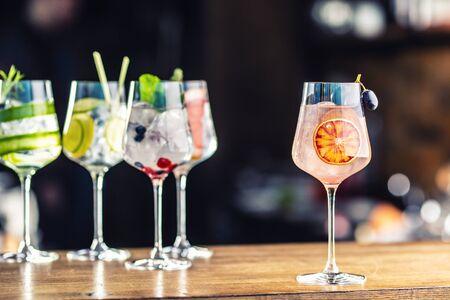 酒馆或餐厅吧台用葡萄酒杯盛杜松子酒奎宁鸡尾酒。