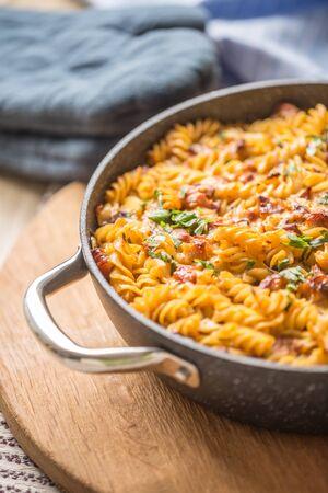 Gebackene Pasta-Fusilli mit geräuchertem Schweinenacken-Mozzarela-Käse und anderen Zutaten. Standard-Bild