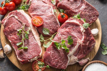 Biftecks de faux-filet de boeuf avec origan et tomates au romarin.