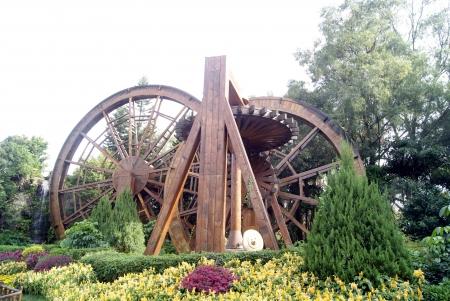 folk culture: Rueda de viento, de madera, en el pueblo la cultura popular Shenzhen, China