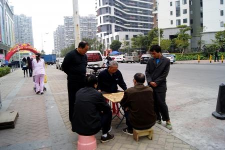 jugando ajedrez: La gente que juega al ajedrez al lado de la calle