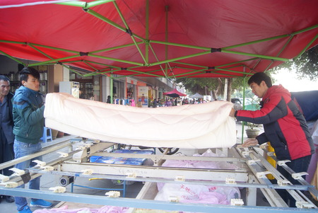 fabrication de couettes dans les rues, en Chine