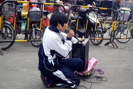Les �l�ves qui portent des mendiants de v�tements, en chinois