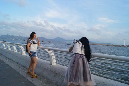 personas tomando agua: Las personas que toman fotos junto al mar