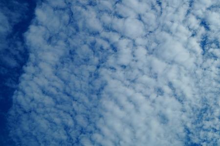 Le ciel bleu et les nuages blancs  Banque d'images