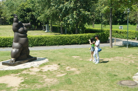 visitors: Sculpture landscape, in the Shenzhen Park, visitors are taking pictures