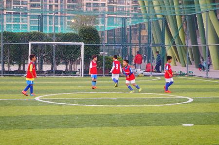 futbol infantil: las actividades de los partidos de fútbol de los niños en Baoan Sports Center, Shenzhen, China Editorial