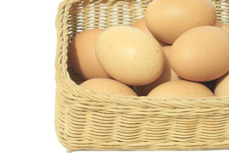 Eier im Korb isoliert auf weißem Hintergrund Standard-Bild - 77874184