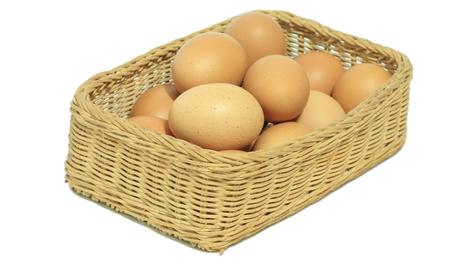 Eier im Korb isoliert auf weißem Hintergrund Standard-Bild - 77874185