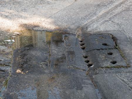 desague: Cubierta sucia del desagüe Foto de archivo