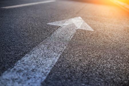 flecha direccion: Igns adelante en el camino hacia adelante y señales correctas en el camino Foto de archivo