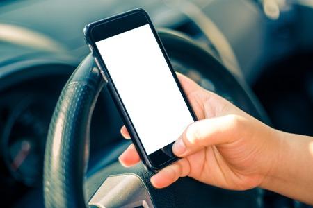 manejando: Conductor joven mujer que usa smartphone de pantalla t�ctil y de navegaci�n GPS en un coche.