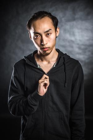 ropa deportiva: El hombre asiático en ropa de deportes Foto de archivo