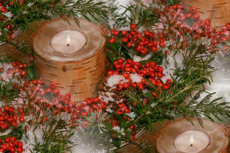 mantel: corteccia di betulla, tra candele verdi, frutti di bosco, la neve finta Archivio Fotografico