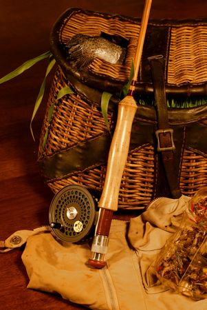 Been fishing, angling: vintage creel with trout amidst grass, fly rod & reel, vest, lures Stockfoto