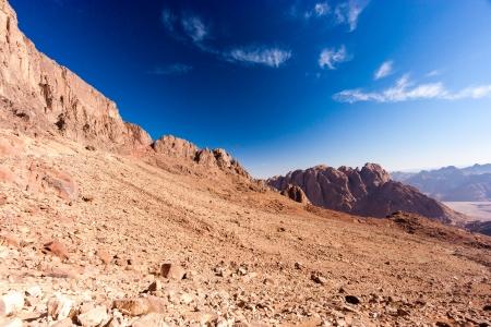monte sinai: Paisaje árido desierto con un cielo azul Foto de archivo