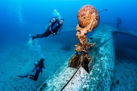 스쿠버 다이버 수중 비행기 사고의 하부 구조를 탐구