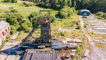 Luftdrohnenansicht einer geschlossenen, verlassenen Kohlenmine (Tower Colliery, Südwales)