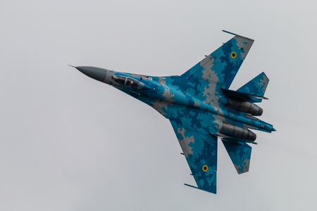 FAIRFORD, ROYAUME-UNI - 13 JUILLET 2018 : Sukhoi Su-27P Flanker de l'Armée de l'Air ukrainienne effectuant un vol de démonstration au Royal International Air Tattoo à RAF Fairford, Angleterre
