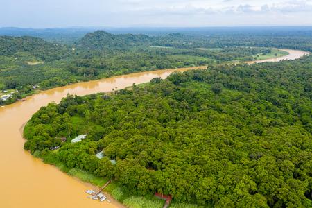 Vue aérienne de drone d'une longue rivière sinueuse à travers une forêt tropicale humide