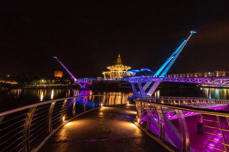 De kleurrijke hoofdstad van de staat, het parlementsgebouw en de Darul Hana-eenheid helder in de Sarawak-hoofdstad Kuching in Maleisisch Borneo Redactioneel