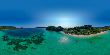 360 degree seamless aerial panorama of beautiful coral reefs around a remote tropical island 版權商用圖片
