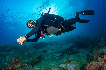 SCUBA-duiker op een kleurrijk, gezond tropisch koraalrif Stockfoto