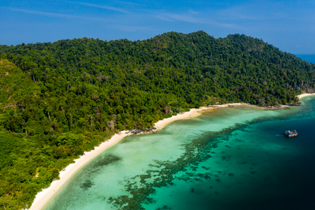 Aerial drone view of a beautiful tropical island beach (Great Swinton, Mergui Archipelago, Myanmar) 免版税图像