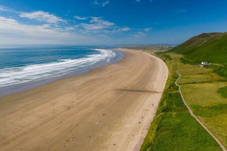 Aerial view of the huge sandy beach and green hills in Rhossili, Swansea 版權商用圖片