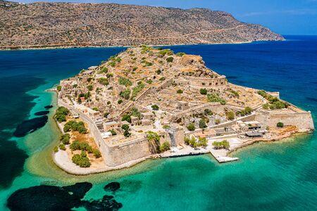 Vue aérienne de drone de l'ancienne île de Spinalonga sur l'île grecque de Crète