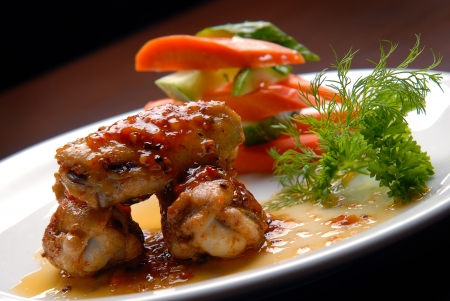 jus: chicken wings in sauce with fresh vegetables Stockfoto