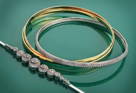 pierres pr�cieuses: De beaux bijoux en or et pierres pr�cieuses Banque d'images
