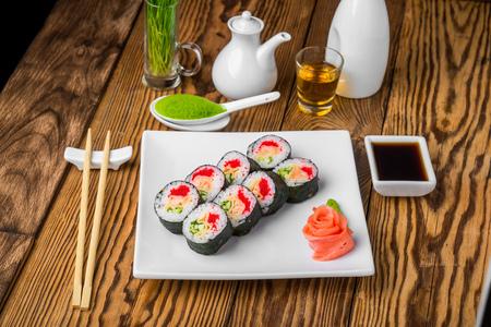 japanese sake: Sushi y rollos con pescado fresco, cocina japonesa con mariscos frescos