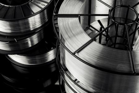 lasdraad, roestvrij staal, op een zwarte achtergrond Stockfoto