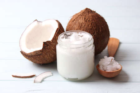 coconut oil and coconuts, palm branches close up Banque d'images