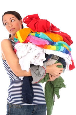 lavanderia: Mujer joven con la pila de lavar Foto de archivo