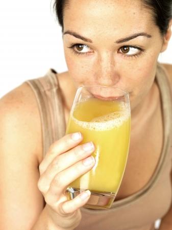 Giovane donna bere succo di frutta