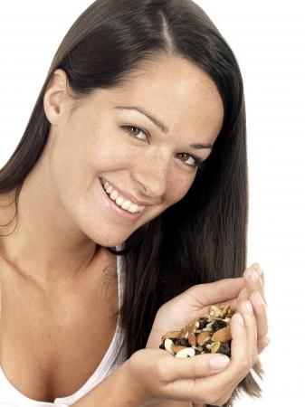Mujer joven con mezclas de frutas y frutos secos Foto de archivo - 15502092