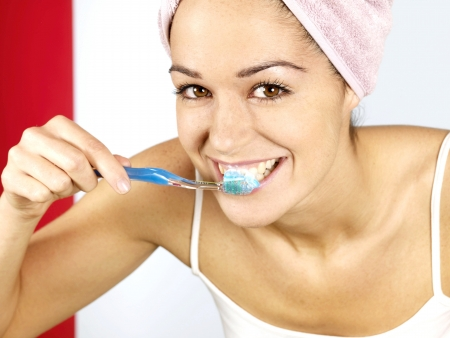 dientes sanos: Mujer Joven Cepillarse los Dientes Foto de archivo