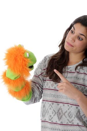 puppet woman: Publicado modelo. Mujer joven que sostiene una marioneta del guante Foto de archivo