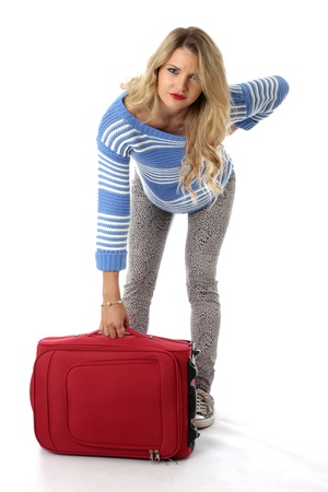 Liberatoria modello. Giovane donna con una valigia rossa e mal di schiena