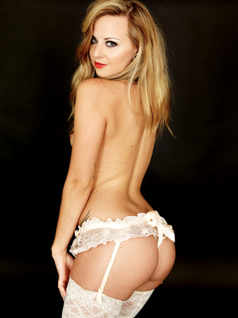 Bella Topless Pin Up Model in mutandine e calze