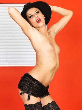 Sexy Topless giovane donna in posa in nero calza