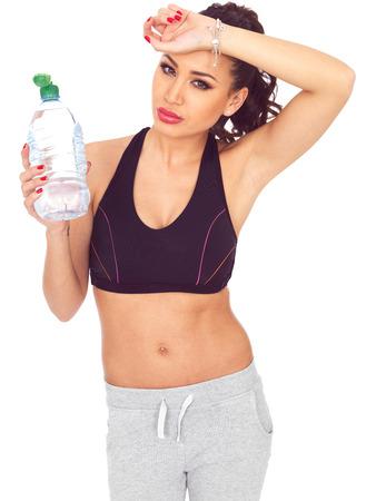 sediento: Atractivo Thirsty Caliente joven modelo de la aptitud