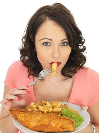 mujer golpeada: Atractiva Joven Comer pescado y patatas fritas con guisantes fofos