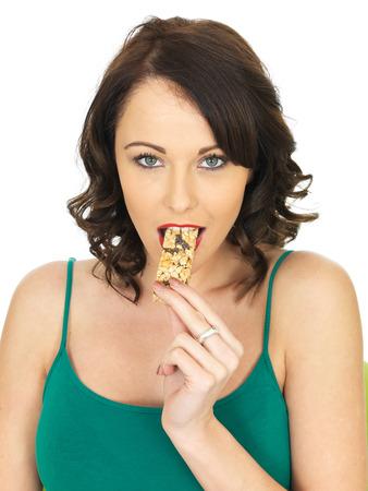 barre de c�r�ales: Healthy jeune femme de manger une barre de c�r�ales