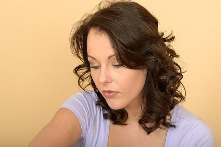 Attraente Sad Preoccupato Riflessivo Giovane Donna Considerando A Situation